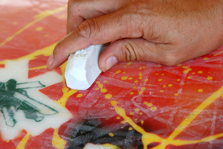 Waxing Work: There Are Many Techniques To Add Grip To Your Board |  Photo: Shutterstock