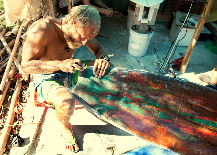 Painting a surfboard: remove all the wax and make all ding repairs before spray painting | Photo: Shutterstock
