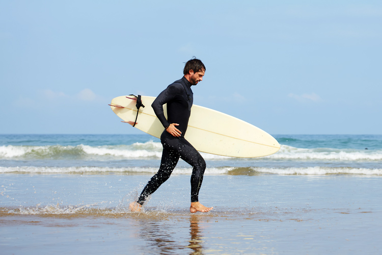 Surfing: this is the most popular way to carry a surfboard | Photo: Shutterstock