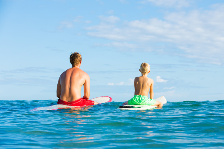 Surfing: learn how to sit on a surfboard and turn it before catching a wave | Photo: Shutterstock