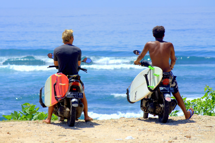 Surf bros: sharing the language, sharing the stoke | Photo: Shutterstock