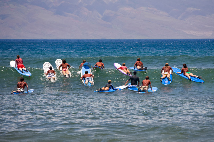 Surf coaching: all surf instructors must be certified by the International Surfing Association | Photo: Shutterstock