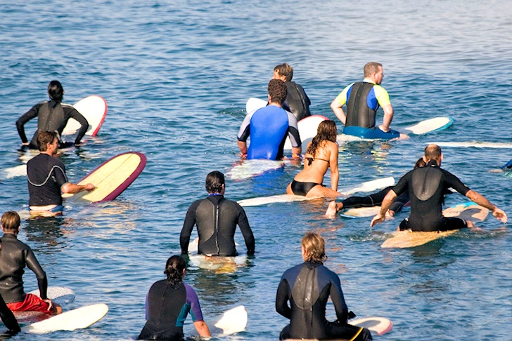 Surf crowd: local surfers, put your hands in the air | Photo: SurfScience.com
