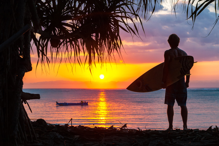 Surfers: don't paddle out during the novel coronavirus Covid-19 outbreak | Photo: Shutterstock