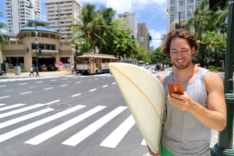Surfers: their smartphone apps speak for themselves | Photo: Shutterstock