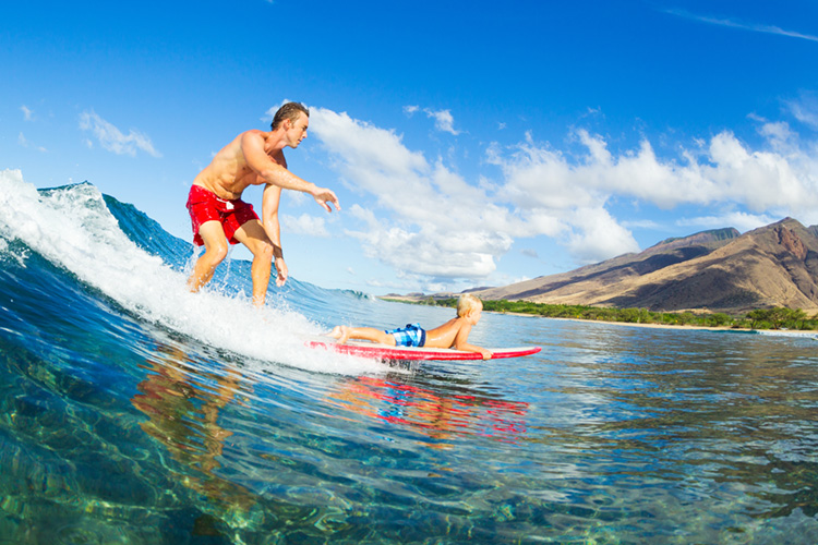 Surfing: moms and dads can take turns going surfing | Photo: Shutterstock