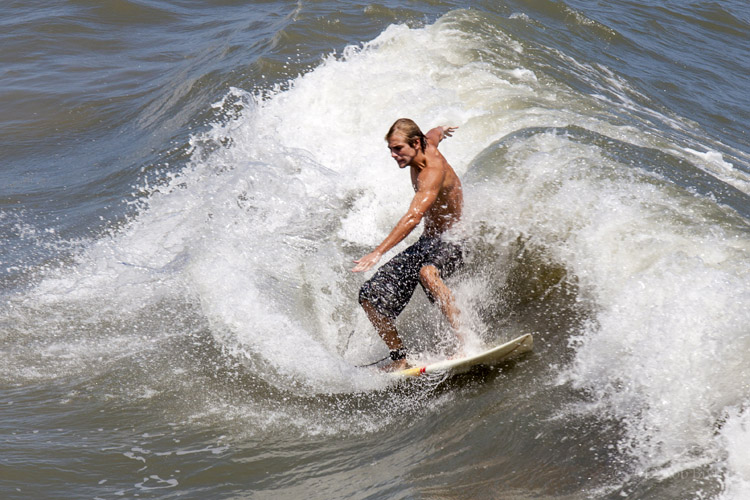 Surfing: an addiction for many, a religion for some | Photo: Bixby/Creative Commons