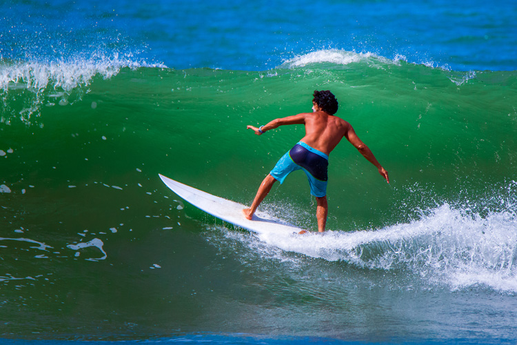 Surfing stance: learn how to position your feet and body while riding a wave | Photo: Shutterstock