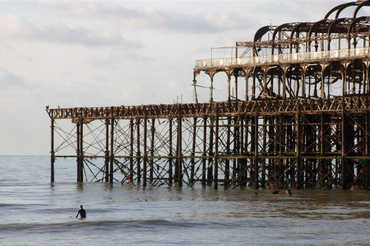 Brighton, UK: a classic surf spot less than 60 miles away from London | Photo: Les Chatfield/Creative Commons
