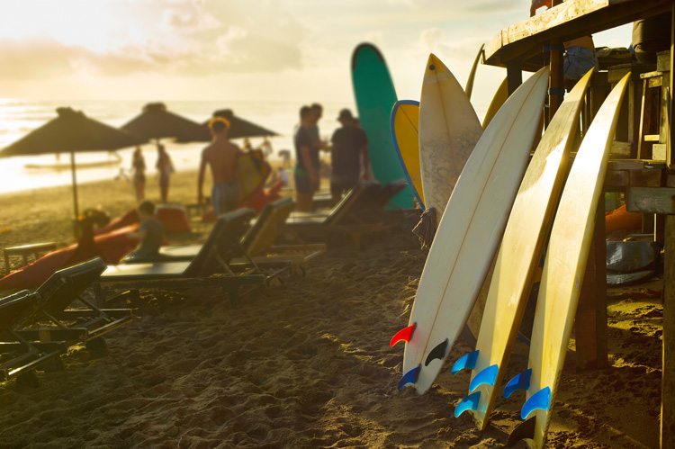 Surf camps: breathe surfing 24 hours a day, and share your wave riding experiences with other fellow surfers | Photo: Shutterstock