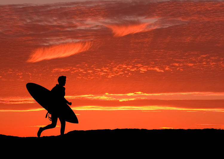 Surfing: to become a fully devoted surfer, you need to travel, read books, study weather charts, and surf all year round | Photo: Shutterstock