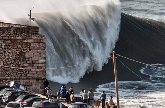 Praia do Norte: tons of water closing out