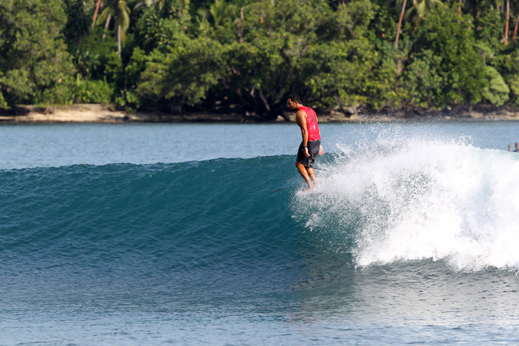 Papua New Guinea: crystal clear surfing waves