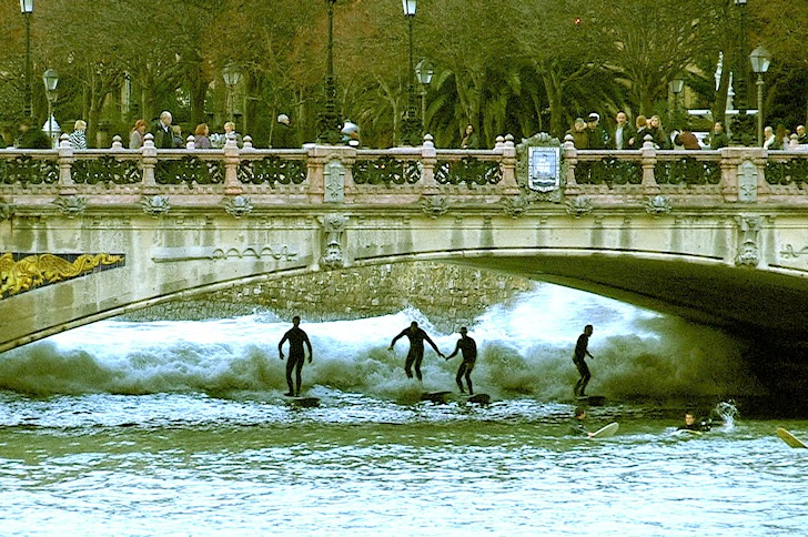 Surfing Río Urumea: watch your head on the bridge