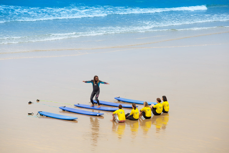 Surfing: you need to receive formal and officially recognized training to become a surf instructor | Photo: Shutterstock