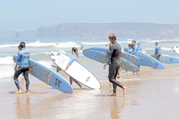 Surf schools: they often use soft-top surfboards in the early leaning stages | Photo: Shutterstock