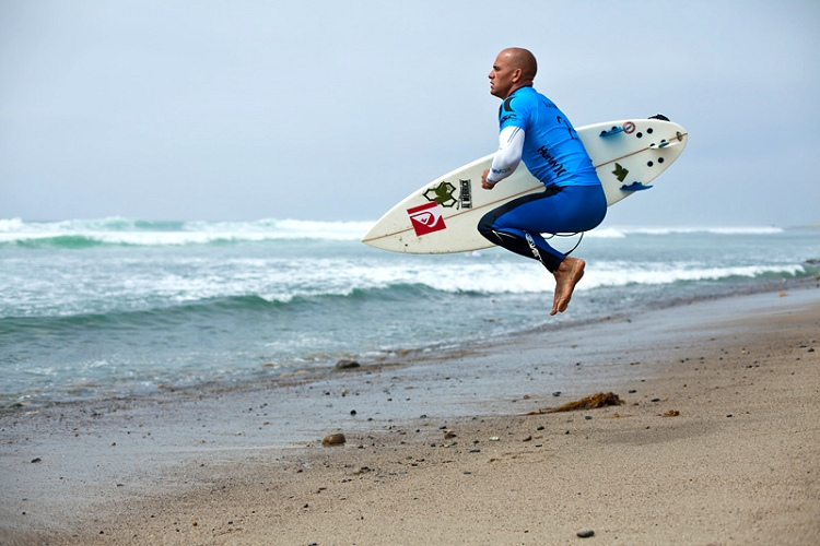 Pre-surf warm-up: jumping into and out of a crouching position | Photo: ASP World Tour