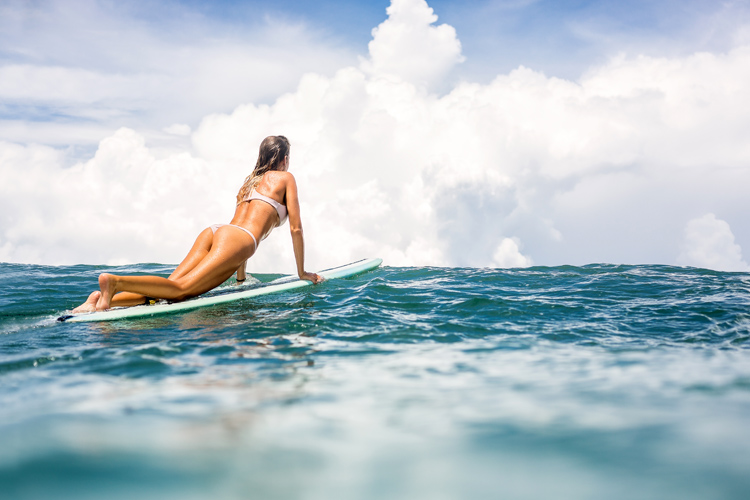 Surfing: women with breast implants should follow a few pre and post-operative recommendations before getting back to the waves | Photo: Shutterstock