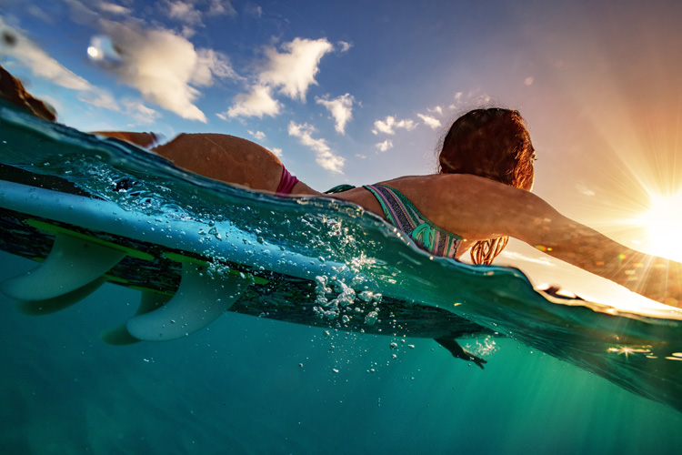 Paddling: surfers are often exerting pressure on the upper torso area | Photo: Shutterstock