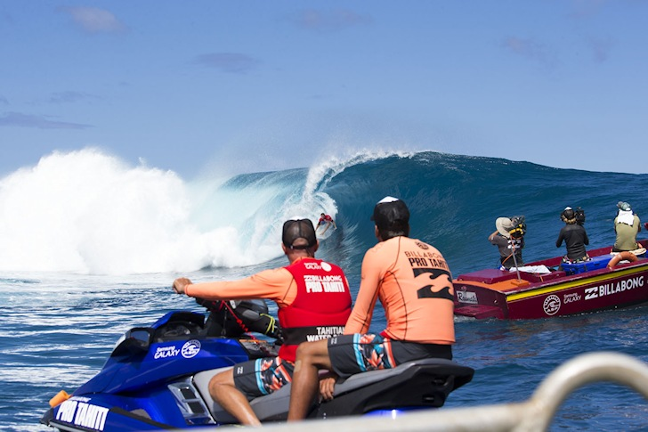 Teahupoo: crowded line-up, few wave riders