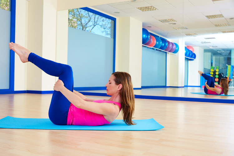 Pilates for Surfers: The Double Leg Stretch | Photo: Shutterstock
