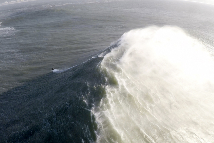 Portugal: Sebastian Steudtner tries to survive Nazare | Photo: Maquina Voadora
