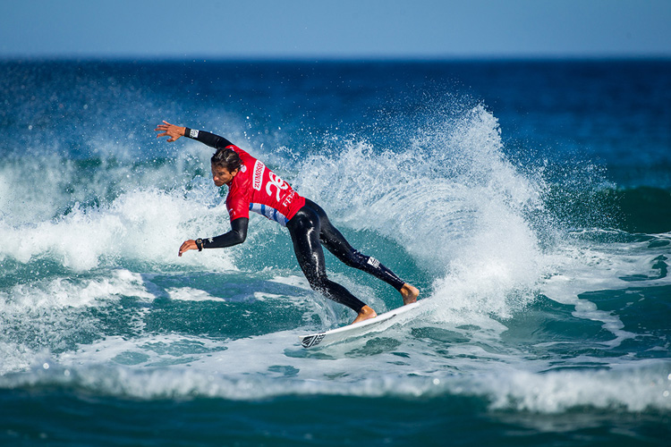 Thiago Camarao: surfing small waves is not easy | Photo: Poullenot/WSL