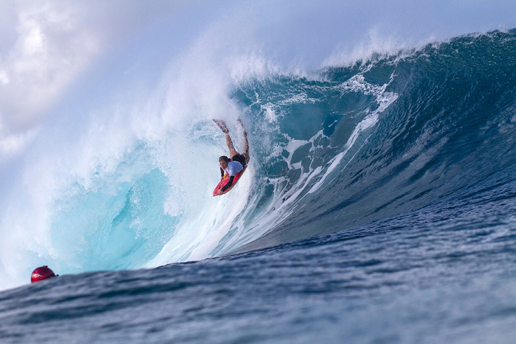 Traci Effinger: going for it at Pipeline | Photo: Gonzolenz/APB
