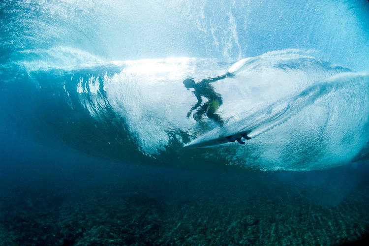 Getting barreled: the ability to read the wave and adapt to its speed is critical | Photo: Red Bull