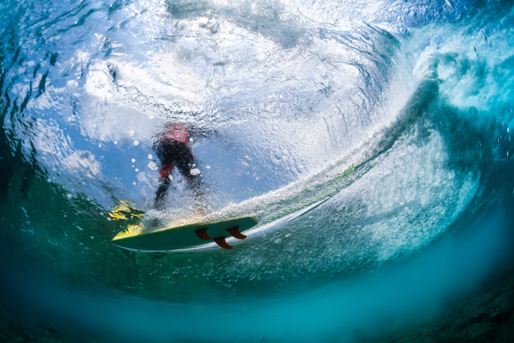 Surf photography: shift between manual focus and auto focus depending on the type of shot you want to capture   Photo: Shutterstock