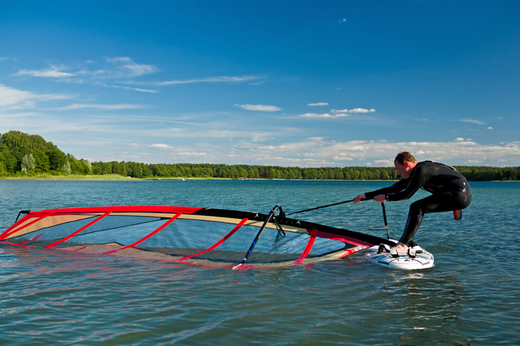 Uphaul: keep your back straight and use your leg muscles to lift the sail out of the water | Photo: Shutterstock