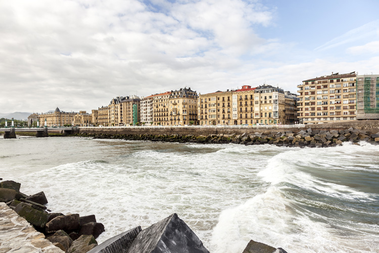 Urumea River: the most famous upstream river wave in Spain | Photo: Shutterstock