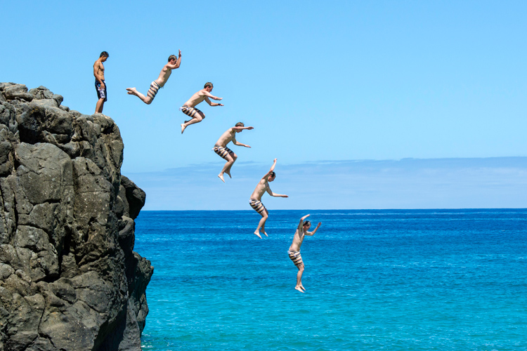 Waimea Bay Jumping Rock: a dangerous 25-foot leap into transparent waters | Photo: Creative Commons