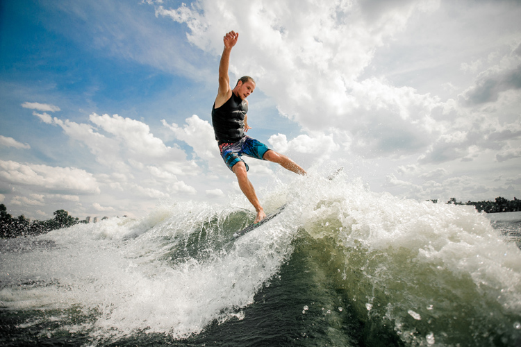 Wakesurfing: a sport that blends wakeboarding and surfing | Photo: Shutterstock