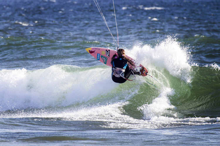 Wave kitesurfing: riding waves propelled by a kite | Photo: Red Bull
