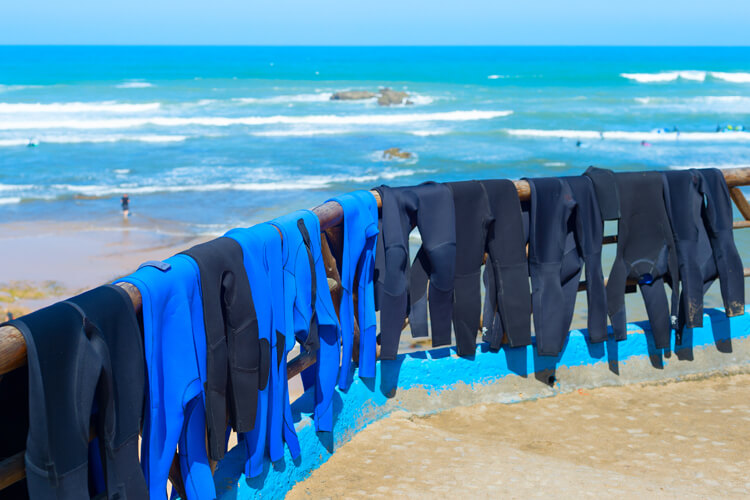 Wetsuits: never leave neoprene drying under the sun | Photo: Shutterstock