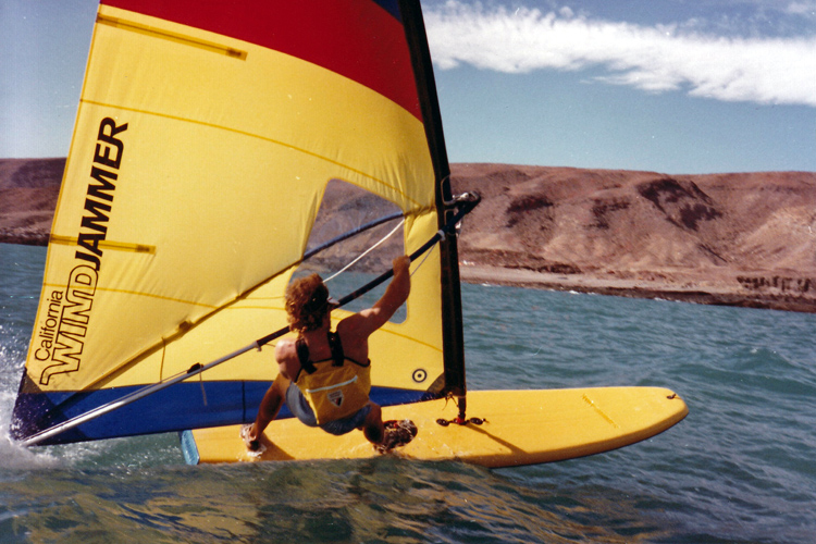 Windsurfing: when starting out, try to keep your front arm bent at the elbow at all times | Photo: Carig Libuse Archive