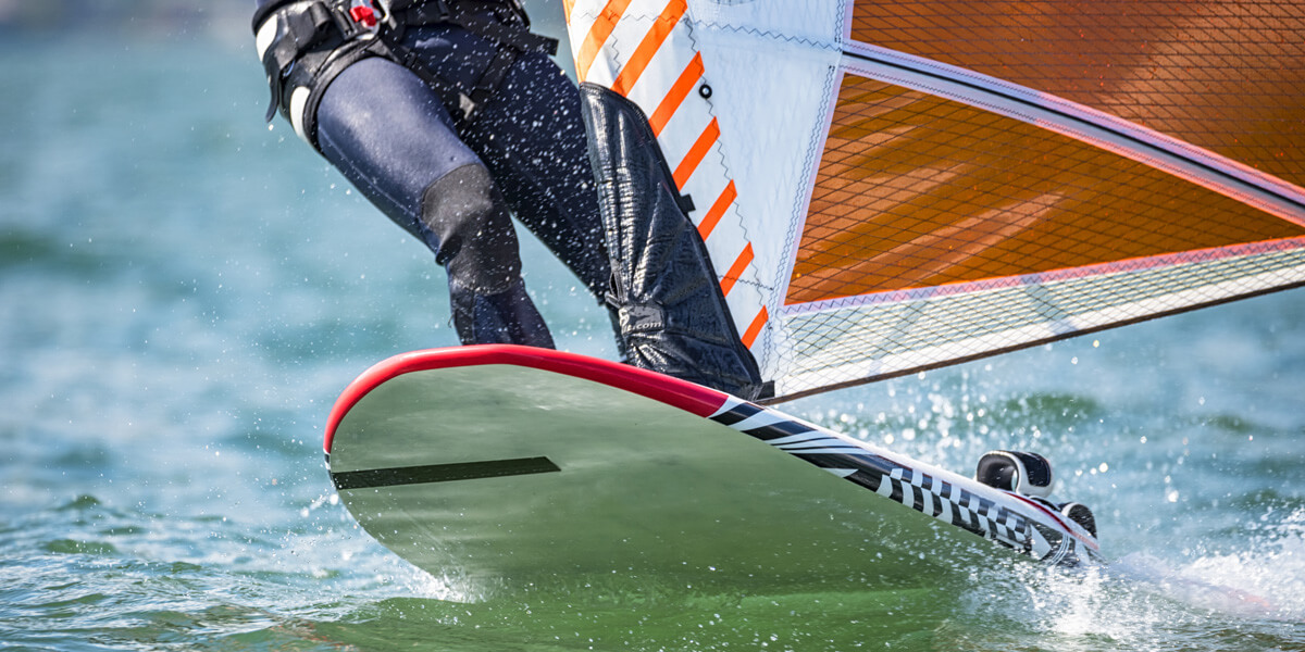 Windsurf Board and Sail Size Chart: get the right rig for the current wind conditions and for your weight and experience | Photo: Shutterstock