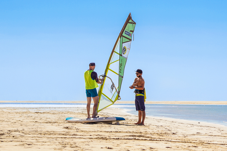 Windsurfing: get the feel of the wind's pull on your rig on shore | Photo: Shutterstock