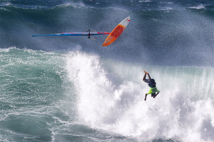 Windsurfing: retrieving your equipment is never an easy task | Photo: Carter/PWA
