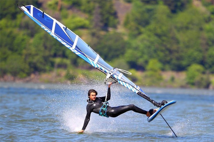 Foil windsurfing: ride effortlessly in super light winds | Photo: Slingshot
