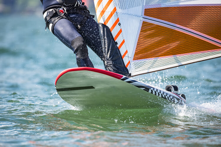Windsurfing: if the wind pulls too hard, hold on with the mast hand and release the sheet hand | Photo: Shutterstock