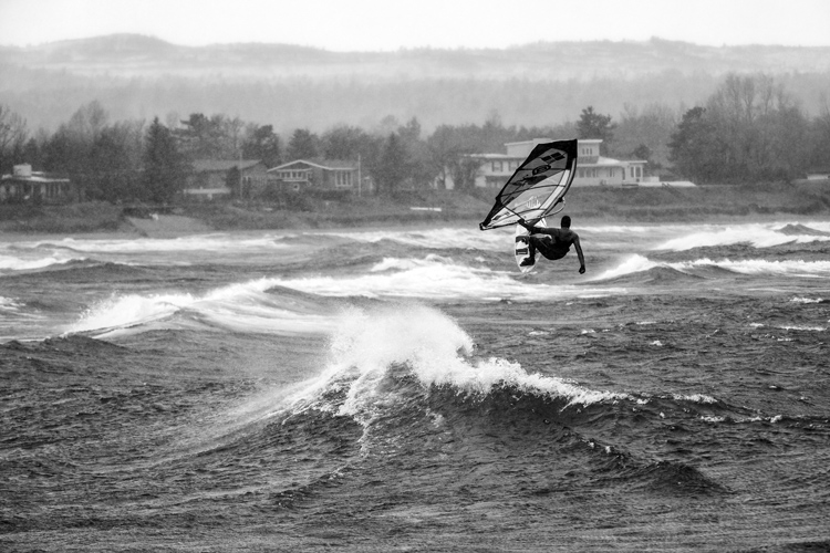 Lake Superior: Philip Köster flies through the cold | Photo: Taylor/Red Bull