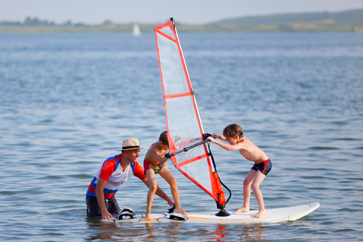 Windsurfing lessons: learning to sail is fun | Photo: Shutterstock