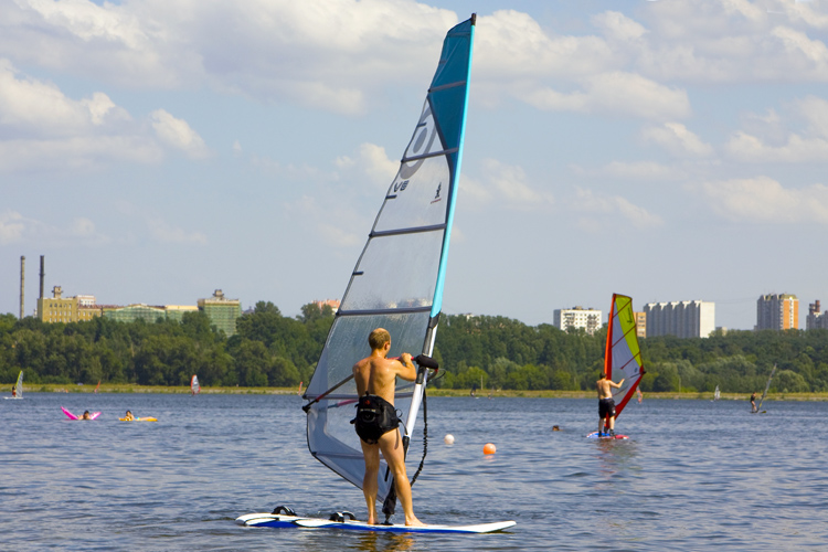 Windsurfing: taking lessons is the best way to learn | Photo: Shutterstock