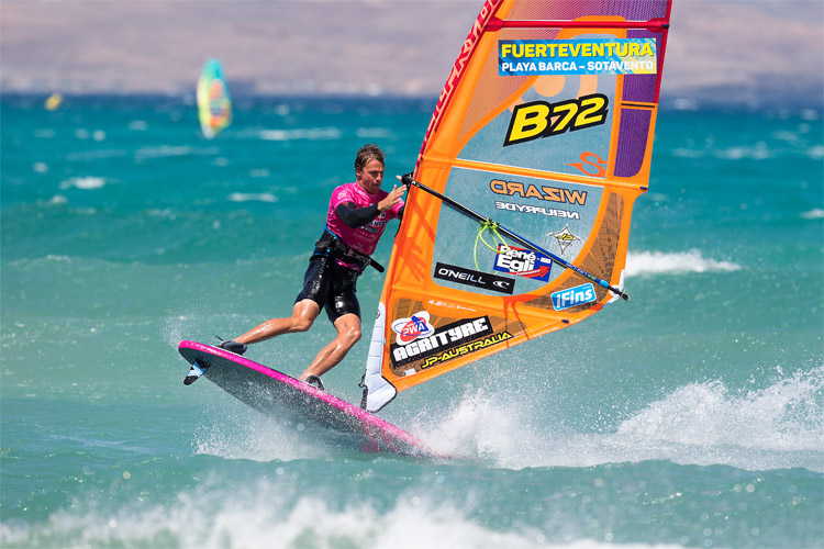 Vulcan: a fundamental maneuver in freestyle windsurfing | Photo: Carter/PWA