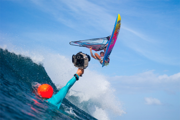 Windsurfing: explore spectacular sensations in the waves | Photo: Carter/PWA
