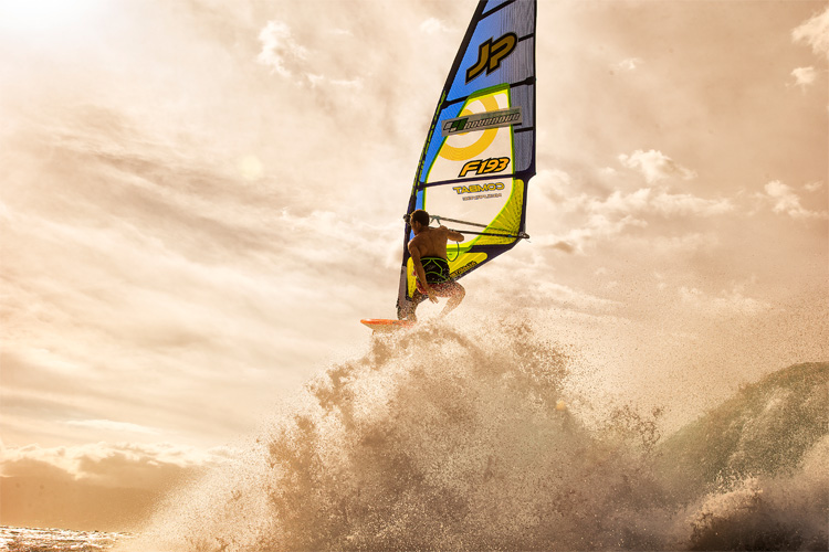 Windsurfing: learn when to kick out of the waves | Photo: Carter/PWA