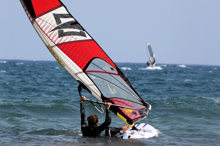Waterstart: an intermediate windsurfing skill | Photo: howtowindsurf101.com