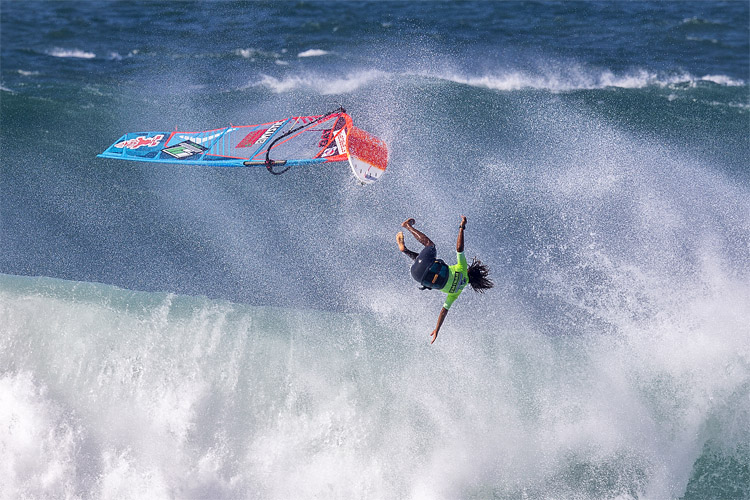 Wipeouts: jumping away from the windsurfing equipment is always a smart move | Photo: Carter/PWA